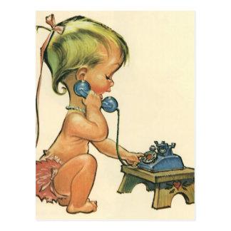 Fille blonde mignonne d'enfant vintage parlant au carte postale