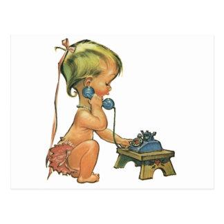 Fille blonde mignonne d'enfant vintage parlant au cartes postales