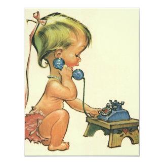 Fille blonde mignonne parlant à l'invitation de carton d'invitation 10,79 cm x 13,97 cm