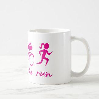 Fille courue par vélo de bain tri mug