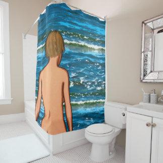 Fille dans le rideau en douche de peinture de mer