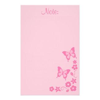 Fille de fleurs rose élégante de papillon papiers à lettres