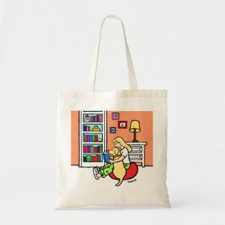 Fille de lecture avec un sac fourre-tout jaune à