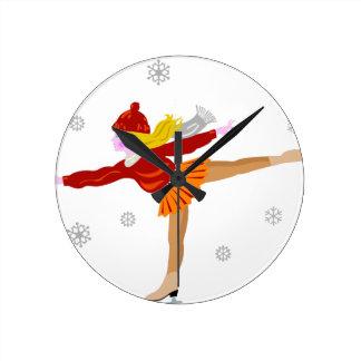 Fille de patinage de glace dans la neige horloge ronde