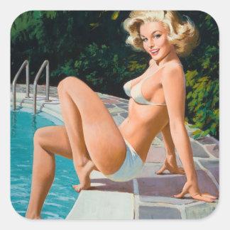 Fille de pin-up blonde sexy de piscine à la rétro sticker carré