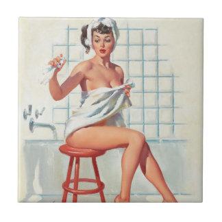 Fille de pin-up de salle de bains sexy de pigeon petit carreau carré