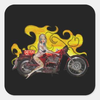 Fille de pin-up de tatouage sexy sur une moto sticker carré