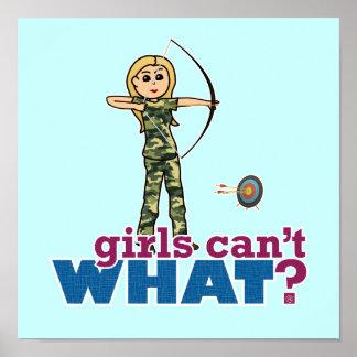 Fille de tir à l'arc de camouflage - blonde posters