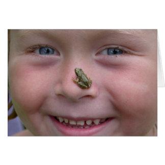 Fille douce avec la grenouille sur le nez carte de vœux