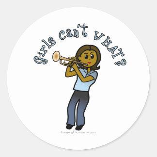 Fille foncée jouant la trompette autocollant rond