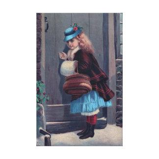 Fille frappant sur la peinture vintage de porte toile tendue sur châssis