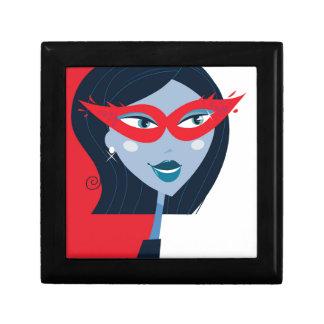 Fille illustrée avec le masque : Rouge et noir Petite Boîte À Bijoux Carrée