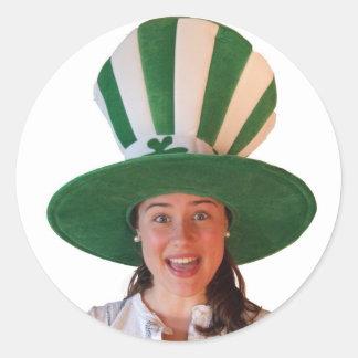 Fille irlandaise avec le chapeau énorme sticker rond