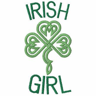 Fille irlandaise avec les coeurs celtiques de noeu
