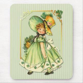 Fille irlandaise de balade de shamrock tapis de souris