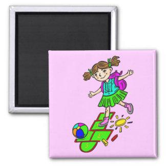 Fille jouant le jeu de marelle 2 magnet carré
