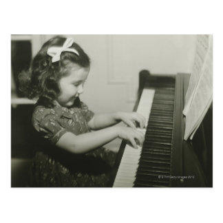 Fille jouant le piano carte postale