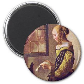 Fille lisant une lettre à une fenêtre ouverte magnet rond 8 cm
