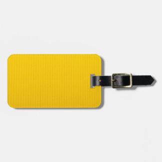 Fille marchant contre l'énorme mur jaune étiquette à bagage