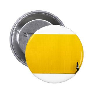 Fille marchant contre l'énorme mur jaune pin's
