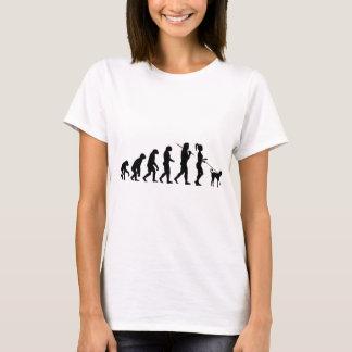 Fille marchant un chien t-shirt