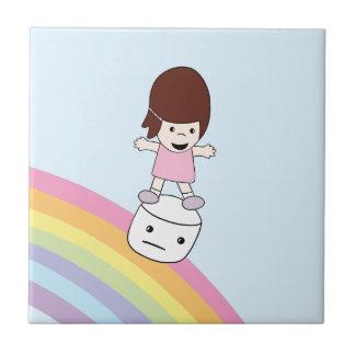 Fille mignonne sur le carreau de céramique de