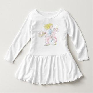 Fille rêvante avec une licorne robe manches longues