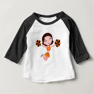 Fille sautante mignonne dans l'orange : T-shirts