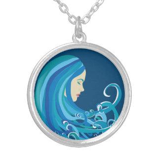 Fille sur le collier de vague