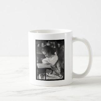 Fille victorienne lisant un livre mug