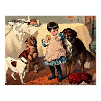 Fille vintage avec la carte postale de chiens