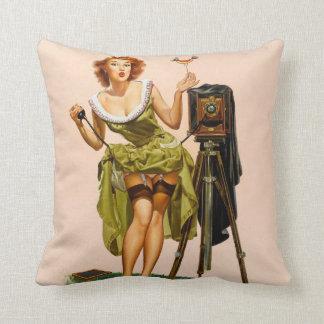 Fille vintage de pin-up d'appareil-photo coussin décoratif