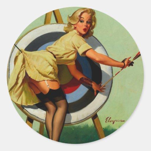 Fille vintage de pin-up de tir à l'arc de cible de autocollant rond