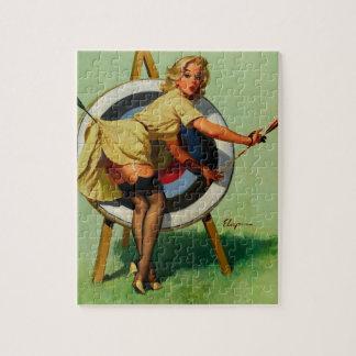 Fille vintage de pin-up de tir à l'arc de cible de puzzle