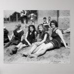 Filles à la plage, les années 1900 tôt affiche