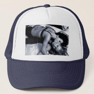 filles chaudes embrassant le casquette