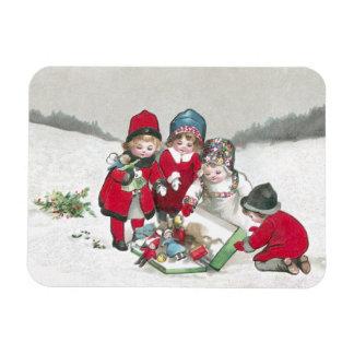 Filles dans des manteaux rouges avec des poupées magnet souple
