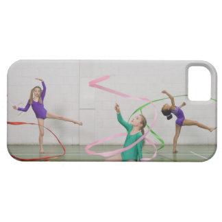 Filles de gymnastique dansant avec des rubans coque barely there iPhone 5