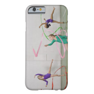 Filles de gymnastique dansant avec des rubans coque iPhone 6 barely there