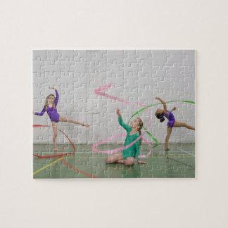 Filles de gymnastique dansant avec des rubans puzzle