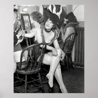 Filles de scène à l'arrière plan, 1926. Photo Posters