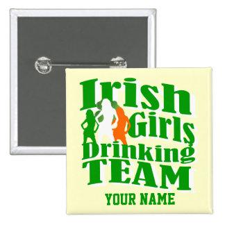 Filles irlandaises buvant le jour de St Patrick d' Badge