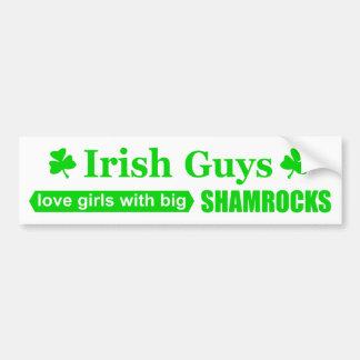 Filles irlandaises d'amour de types avec de grands
