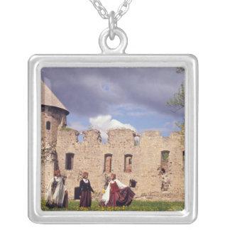 Filles lettons dans la robe traditionnelle, pendentif carré