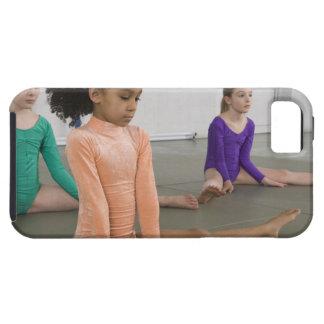 Filles s'étirant dans la pratique en matière de coques iPhone 5