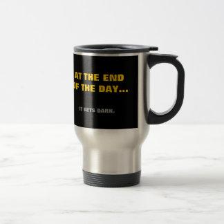 """""""Finalement"""" il obtient l'obscurité ! Mug De Voyage"""