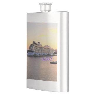 Flasque Aube de port de Nassau et bateau de croisière