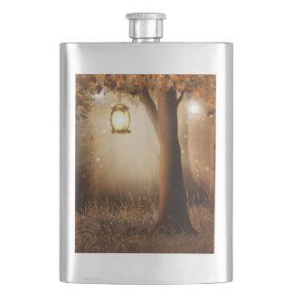 Flasque La lanterne rougeoyante accroche dans l'arbre