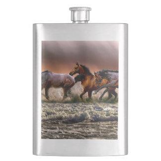 Flasque Trois chevaux trottant dans l'océan