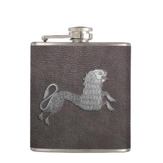 Flasques Griffon celtique sur le cuir foncé